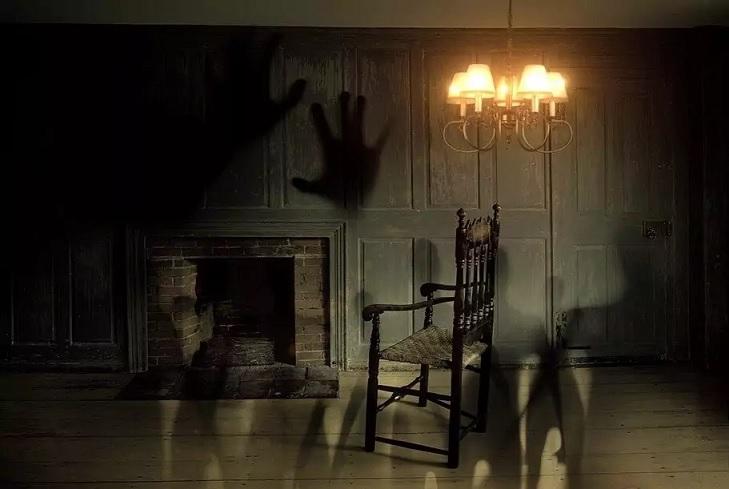 Девушка сфотографировала призрака, но многие думают, что это монтаж