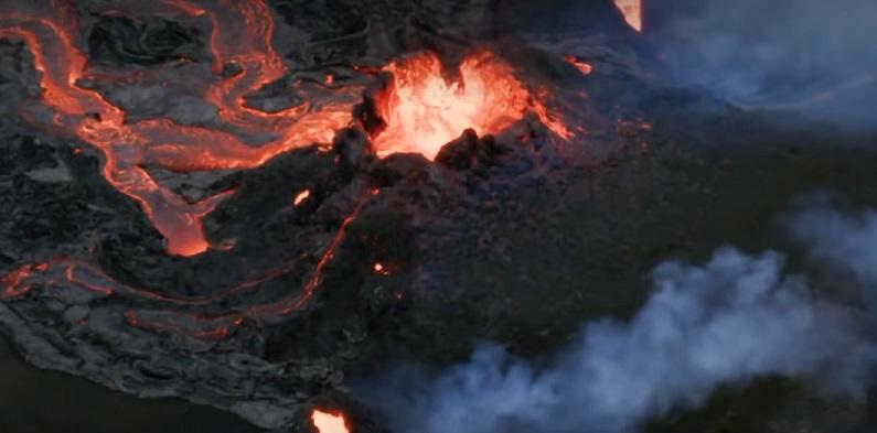 Поток лавы проснувшегося древнего вулкана направился в сторону Рейкьявика