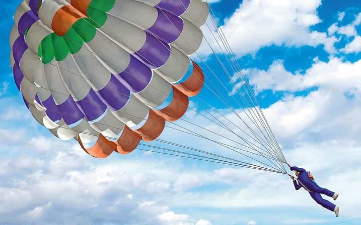 Падение парашютистов с неисправным парашютом заснял очевидец