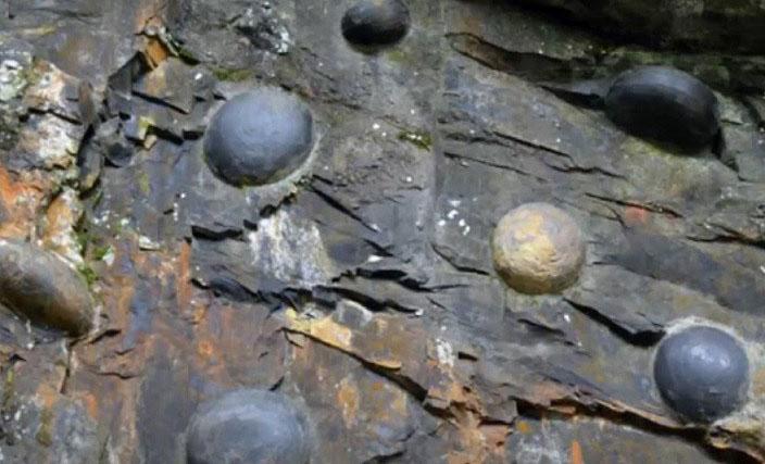 Загадочные «каменные яйца» появляются из скалы каждые 30 лет
