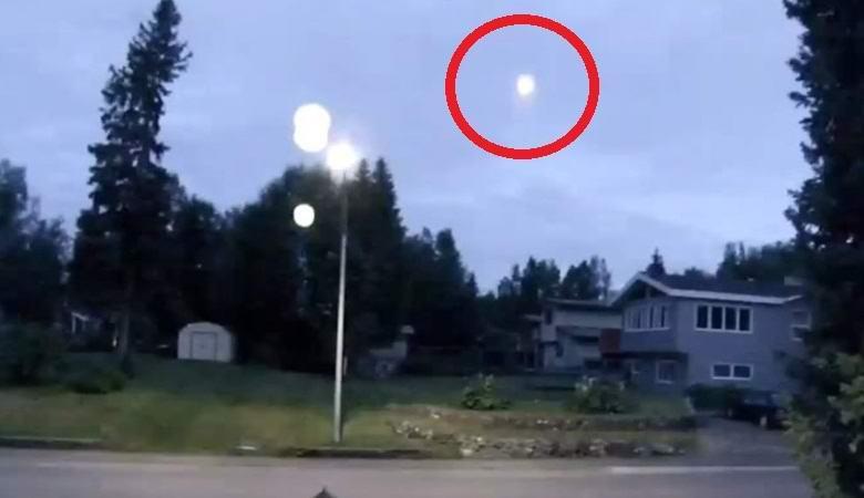 Светящееся НЛО шарообразной формы поднялось в небо над Америкой