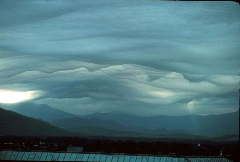 аномальные облака над горой фото совсем