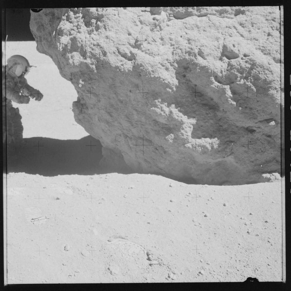 Горной местность, на плоскогорье неподалёку от кратера Декарт на Луне