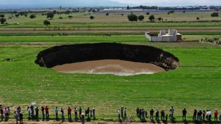 Гигантская яма образовалась в Мексике и продолжает увеличиваться (ВИДЕО)