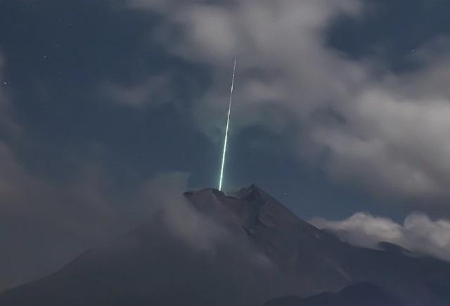 В Индии запечатлели НЛО, влетающий в жерло вулкана