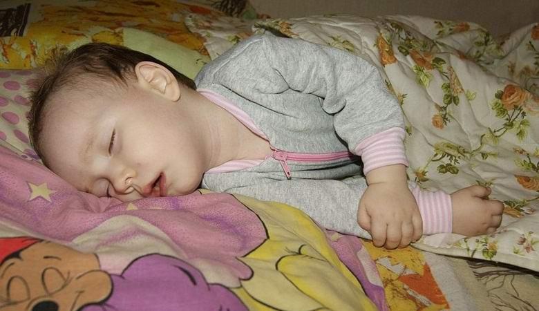 Рассматривает спящую жену 9