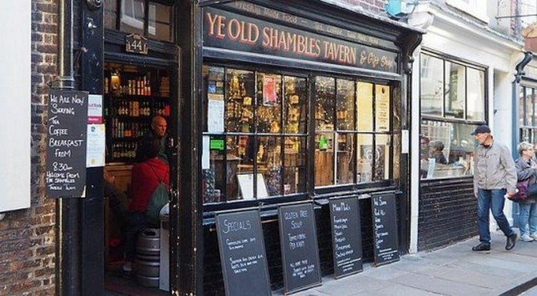 Невидимая сила в таверне Ye Old Shambles в Йорке сбивает предметы с полки