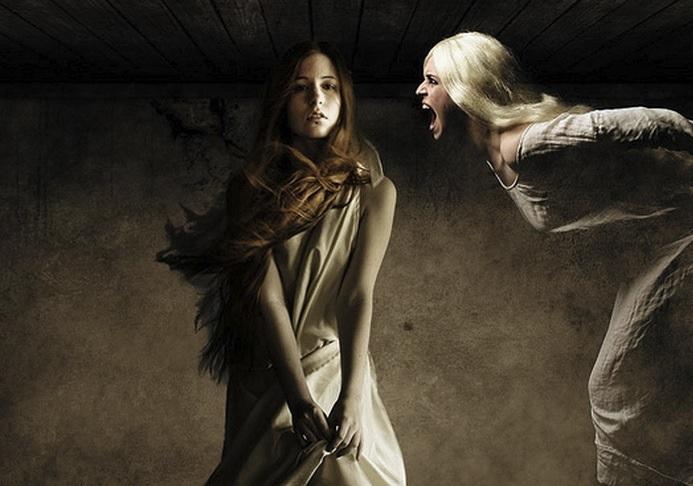 Женщина утверждает, что слышит голоса умерших людей