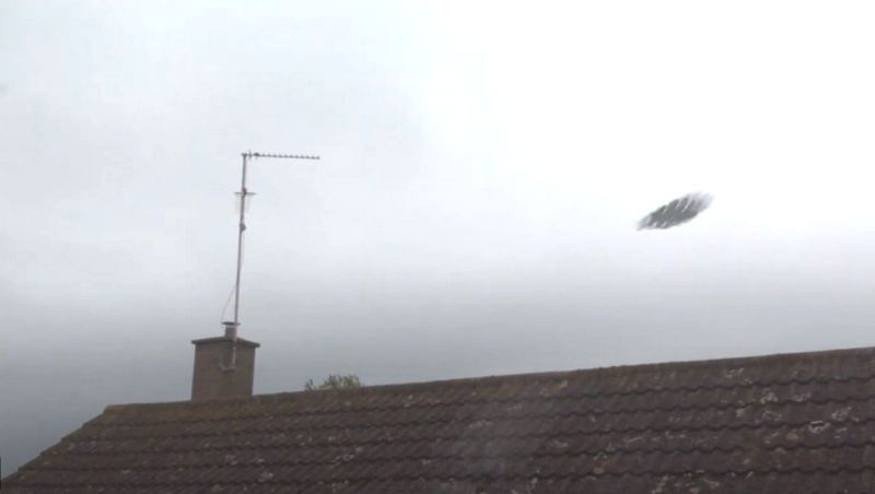 Загадочный НЛО, запечатлели во время грозы над Кембриджем
