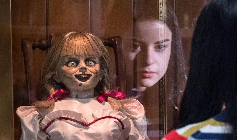 Еще одна кукла «оживает» и двигает ногами в шкафу