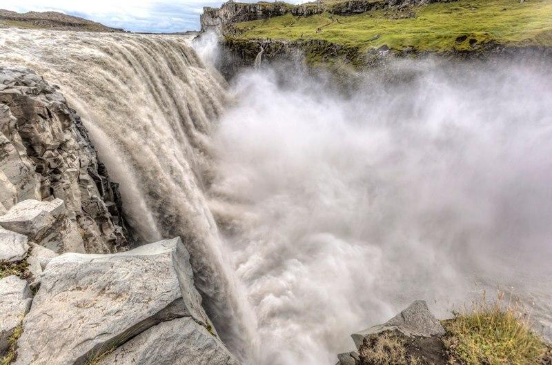 Странное существо попало в объектив камеры у водопада Деттифосс в Исландии