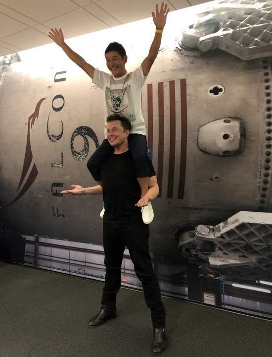 Японский миллиардер станет первым туристом, полетевшим к Луне