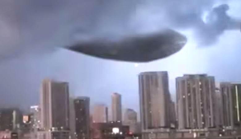 Колоссальный НЛО в небе над США посылал вниз светящиеся шары