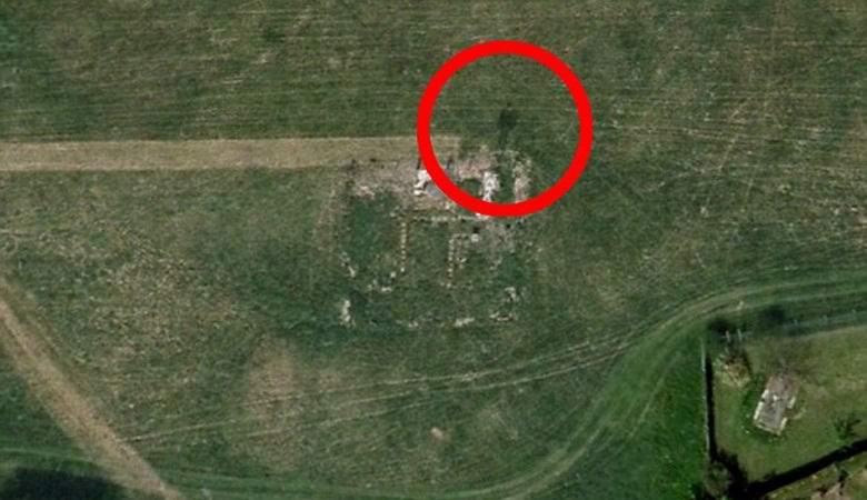 Женщина нашла огромный призрак на снимке заброшенного аэродрома