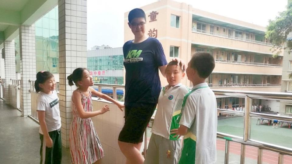 Китайский школьник вырос до 221 сантиметра и продолжает расти