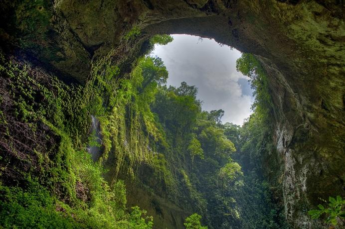 Учените се спуснаха в ръмжаща пещера и не повярваха на очите си ВИДЕО