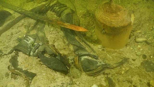 Средневекового воина с оружием нашли на дне озера в Литве