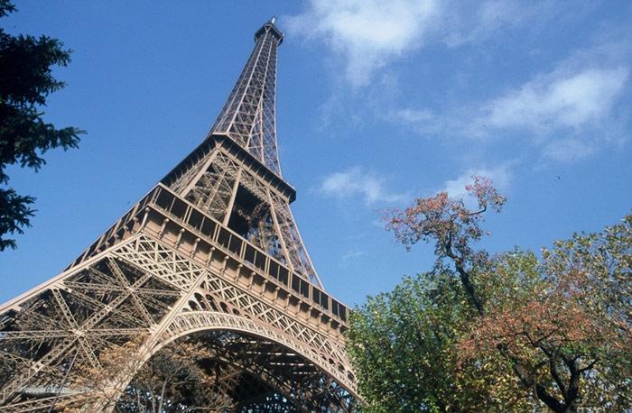 Продается Эйфелева башня на слом. Недорого