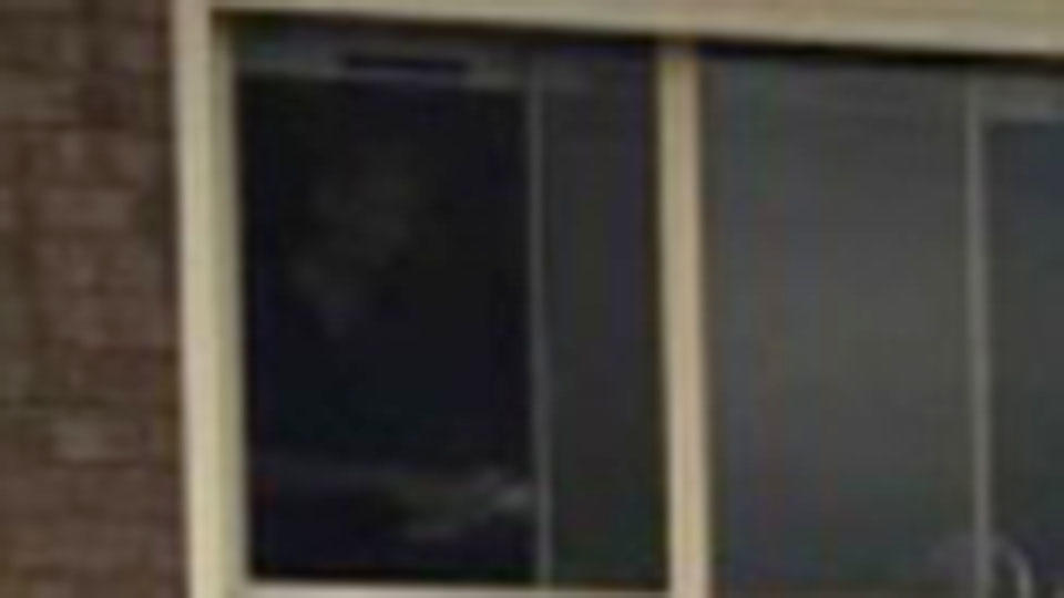 Мужчина разглядел призрака в окне старого дома