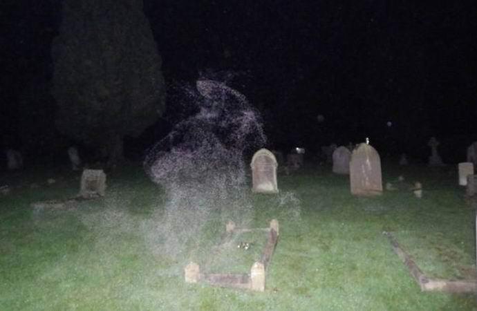 Скептик поверил в привидения, засняв одно из них на темном кладбище