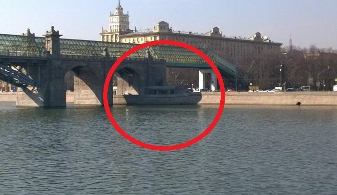 «Призрачная» лодка в Москве озадачила пользователей Сети