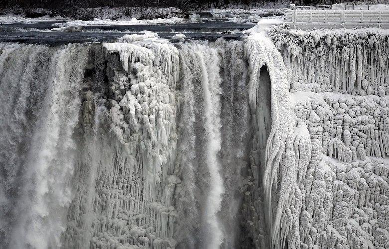 Аномальные холода превратили Ниагарский водопад в изящную иллюзию