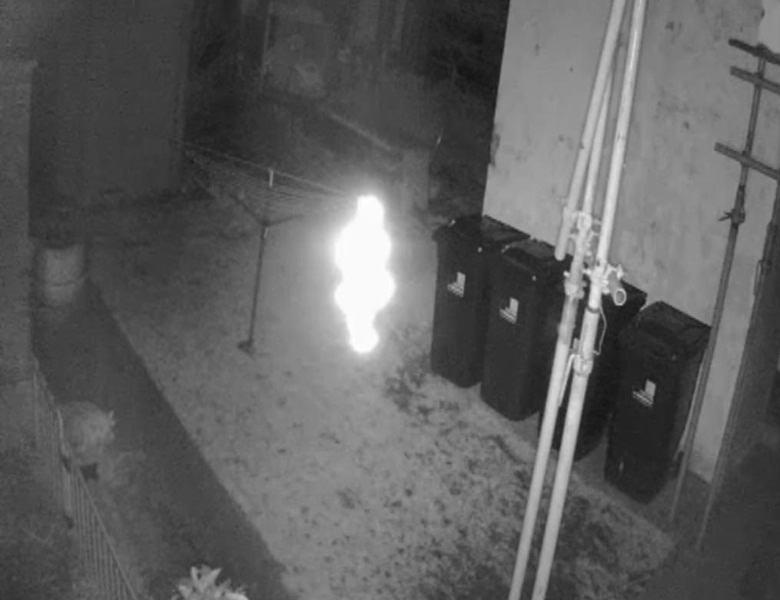 Светящееся привидение попало на камеру наблюдения