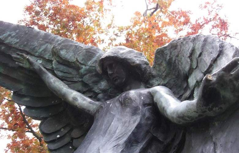 Кладбищенская статуя Черного Ангела, прикосновение к которой способно убить