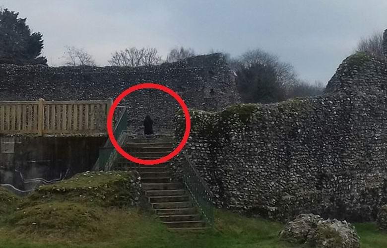 Возле развалин английского замка сфотографировали призрак монаха