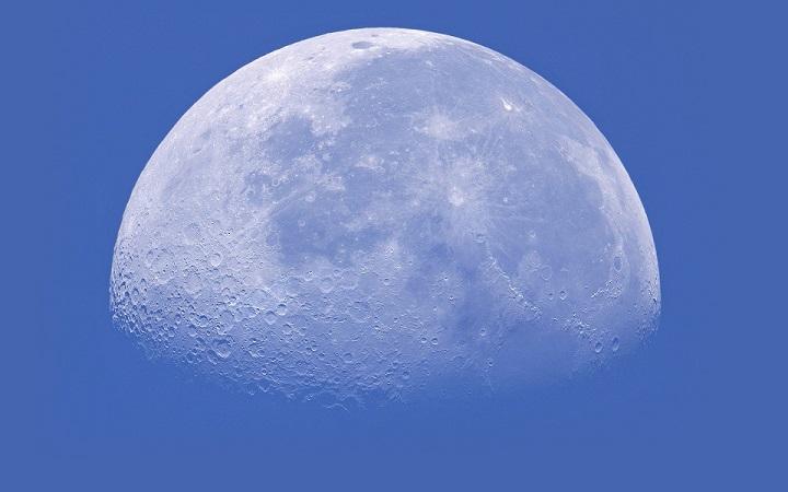 Левитирующий объект запечатлел астроном-любитель над поверхностью Луны