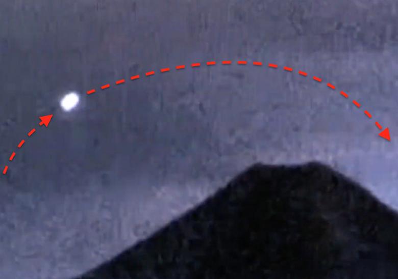 Большой светящийся НЛО летал над мексиканским вулканом Колима
