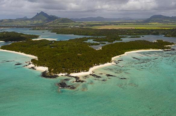 Ещё один пляж Маврикия, на который люди практически не приходят (фото Jack Abuin / ZUMA Press / Corbis).