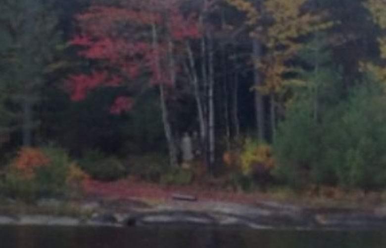 Канадец сфотографировал пару привидений, наблюдавших за его лодкой
