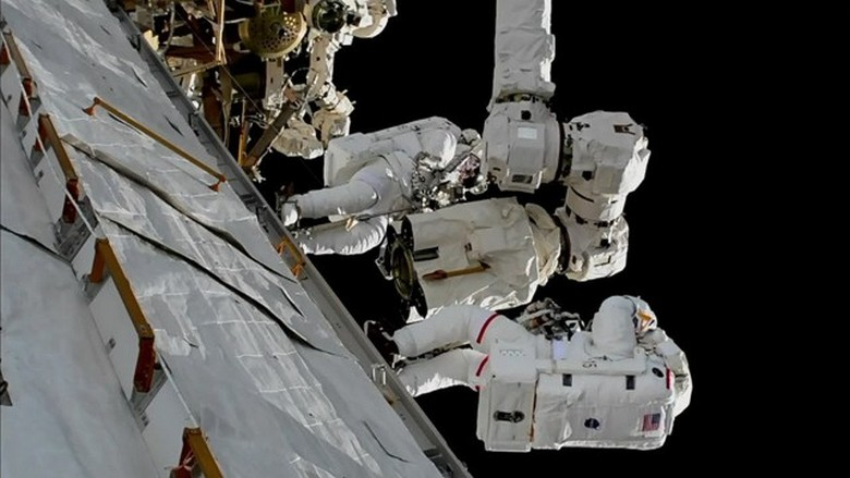 Астронавт МКС загородил рукой объектив камеры, которая «поймала» НЛО