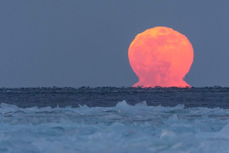 Необычную двойную луну сфотографировали в США