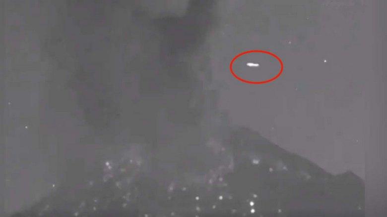 НЛО пролетает над вулканом Попокатепетль как раз во время его извержения