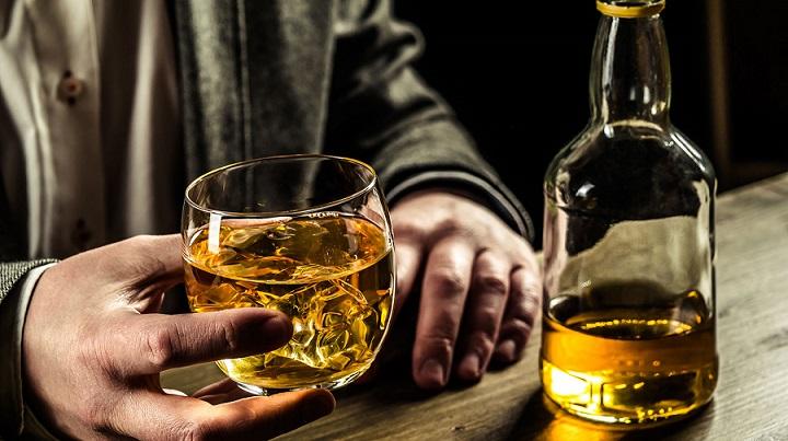 В Индии в жилом доме из-под крана полился алкоголь