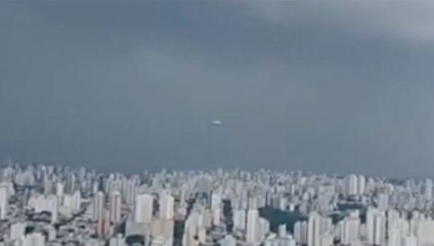 Дискообразный НЛО демонстративно пролетел во время выпуска новостей (ВИДЕО)