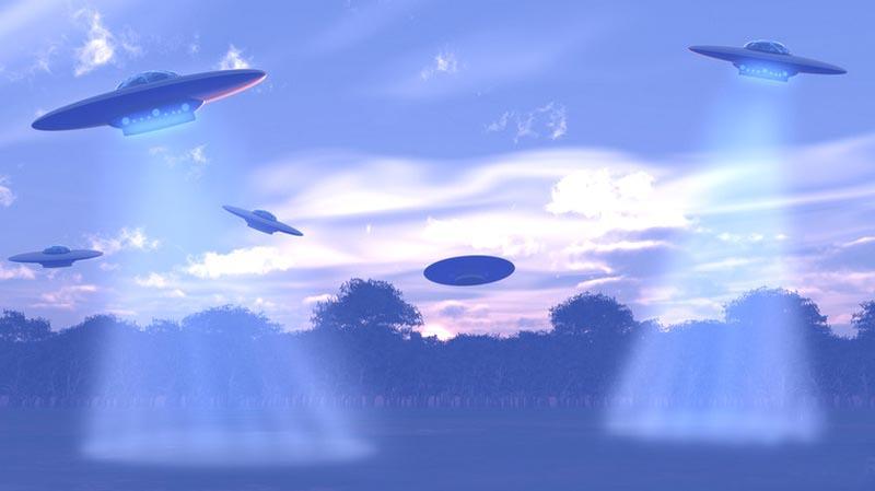 Из старых видеозаписей: флот НЛО сопровождает пассажирский самолет