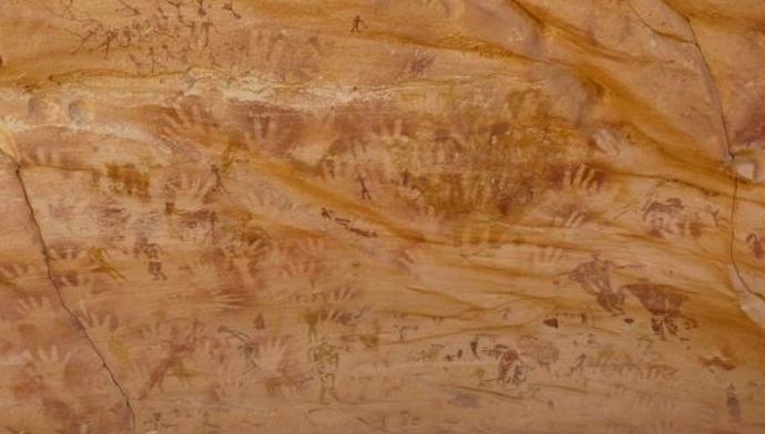 В одной из пещер Сахары найдены загадочные отпечатки