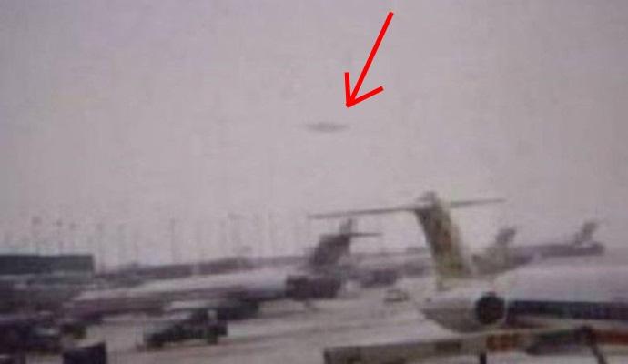 Индийский аэропорт мистически притягивает НЛО (2 фото)