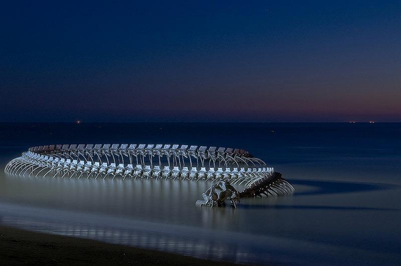 Скелет 130-метрового змея «лежит» на берегу Луары