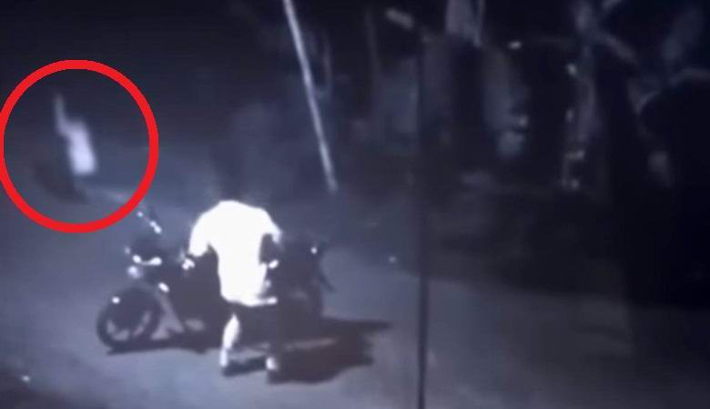 Призрак женщины на дороге напугал мотоциклиста