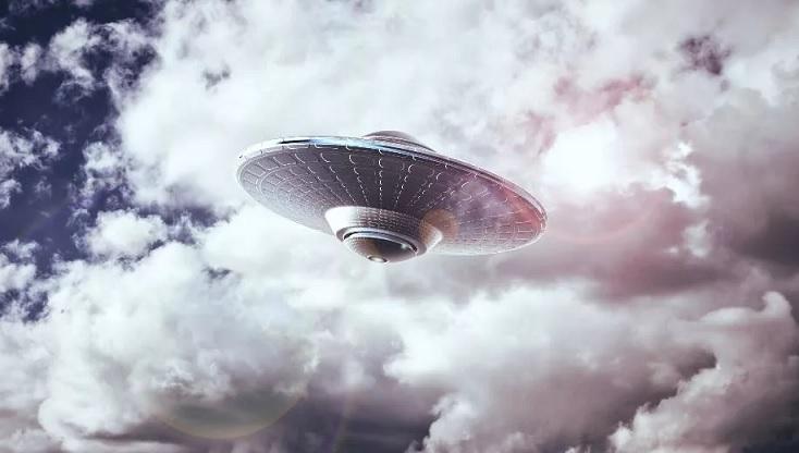 Это невероятно: В небе над Шотландией запечатлели белый НЛО (ВИДЕО)