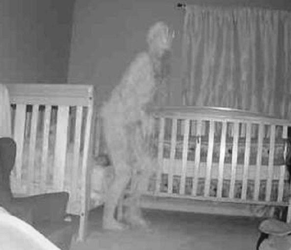 Камера засняла призрачную фигуру возле кровати с ребенком