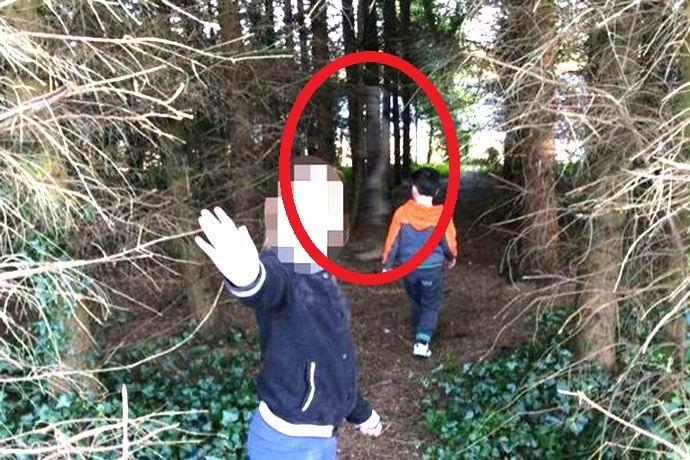 Ирландская семья сфотографировала в лесу призрак солдата (2 фото)
