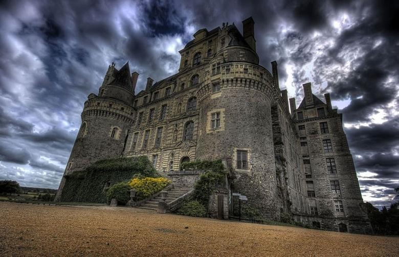 Загадочный замок вокруг бездонного колодца
