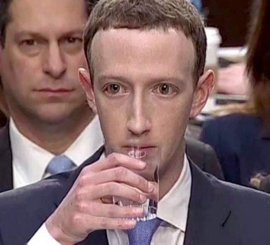 Пользователи Сети посчитали Марка Цукерберга рептилоидом после дачи им показаний в Конгрессе США
