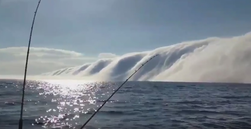 На озере Мичиган в США образовалось огромное облако, напоминавшее с виду цунами