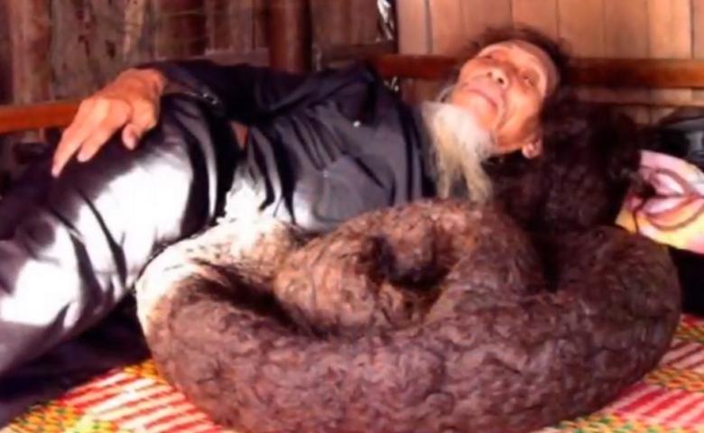 Житель Китая за 54 года отрастил волосы длиной более пяти метров